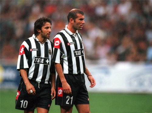 Alessandro Del Piero wallpaper possibly containing a fullback, a forward, and a halfback titled Del Piero & Zidane