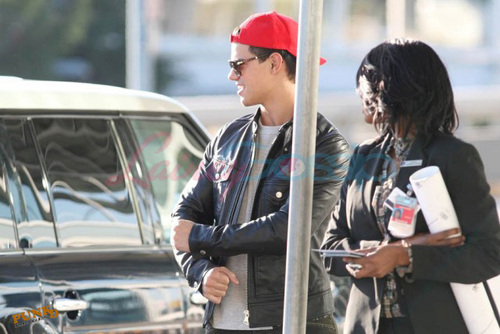 Taylor Lautner Leave Vancouver