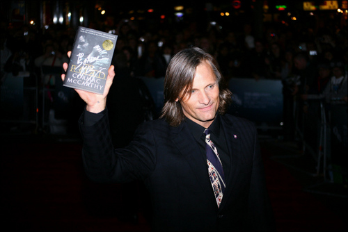 Viggo Mortensen Hintergrund containing a business suit entitled VIGGO MORTENSEN