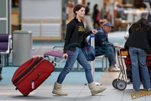 Alice Cullen achtergrond entitled Ashley in Vancouver airport.