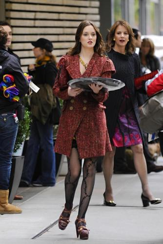 Blair Waldorf wallpaper probably with a hip boot and a business suit entitled Blair+Eleanor Waldorf