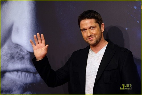 Gerard Butler wallpaper possibly containing a business suit entitled Gerard Butler