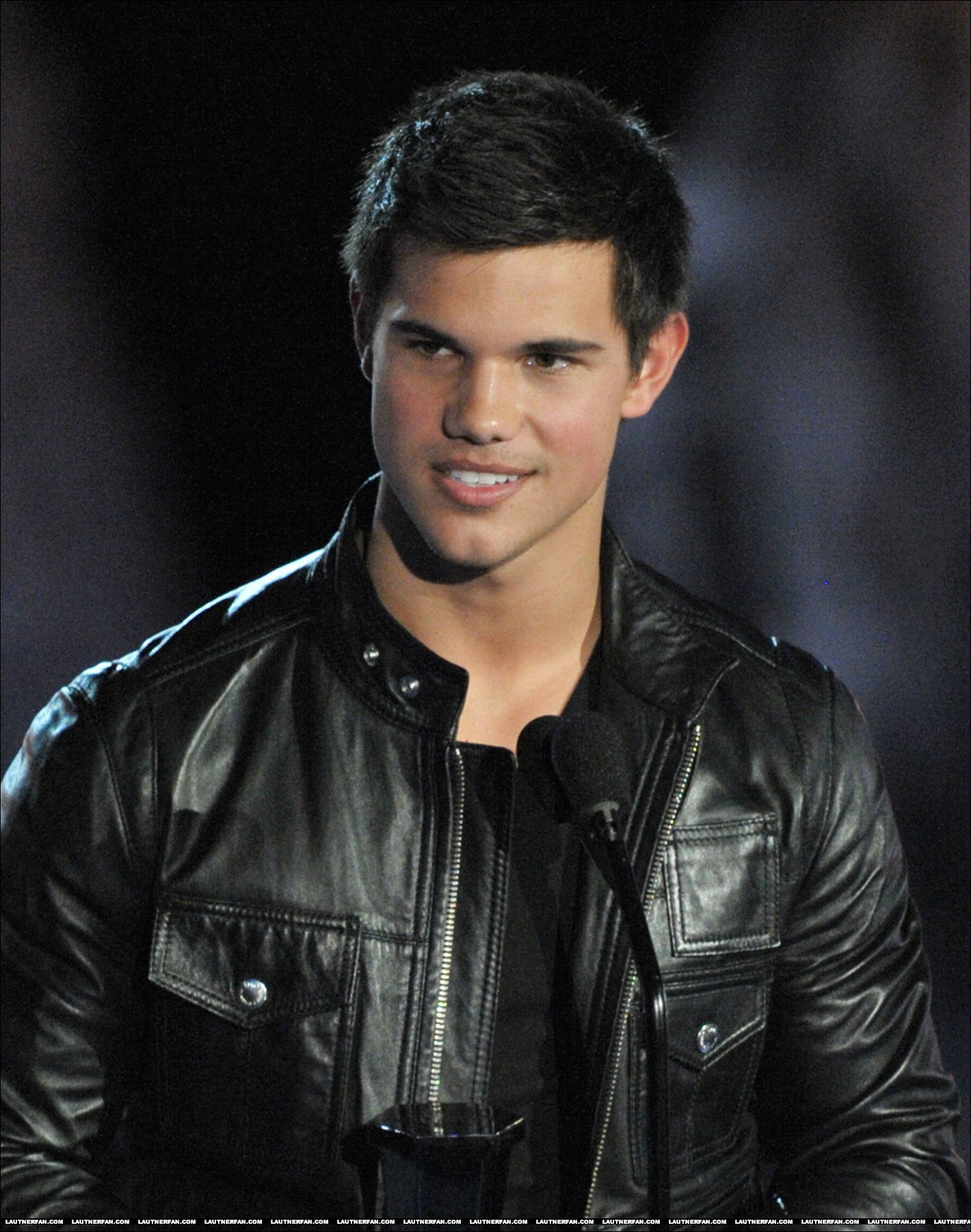 http://images2.fanpop.com/image/photos/8800000/HQ-taylor-Lautner-twilight-crepusculo-8845462-1420-1800.jpg