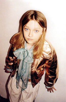 http://images2.fanpop.com/image/photos/8800000/Juergen-Teller-Marc-Jacobs-Photoshoot-dakota-fanning-8892757-260-400.jpg