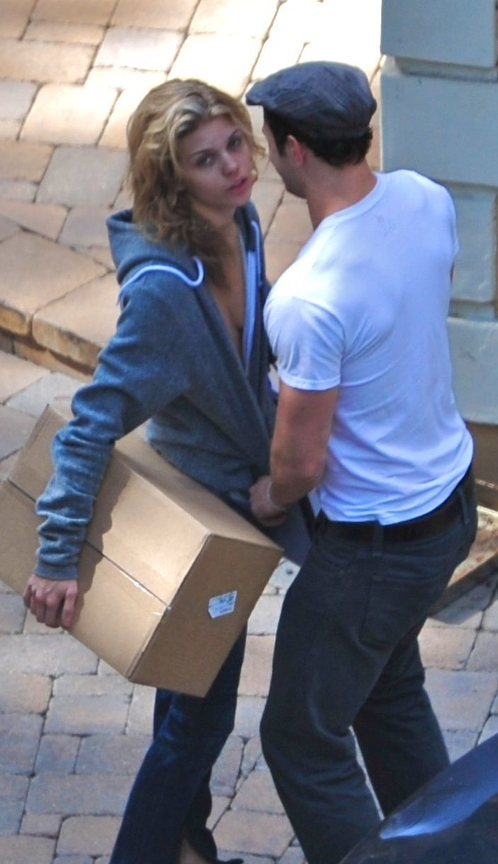 Kellan unzips AnnaLynne's áo sơ mi RIGHT IN FRONT OF THE PAPS!!!