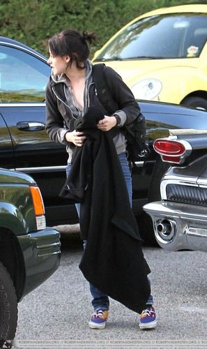 Kristen arriving at home pagina today
