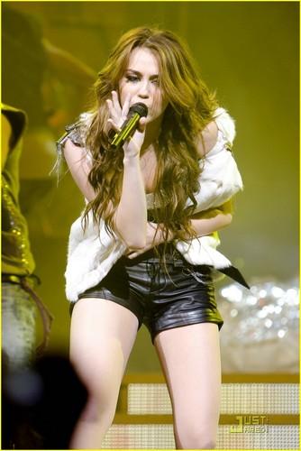 Miley 2009 Wonder World Tour- Chicago