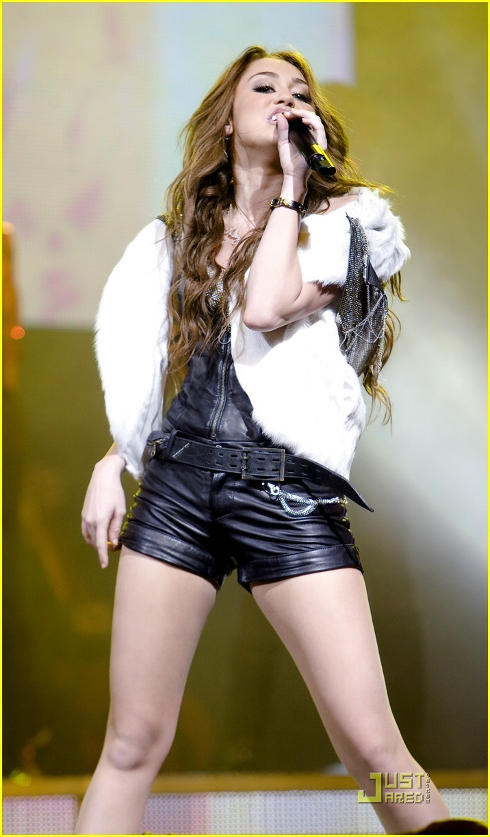 http://images2.fanpop.com/image/photos/8800000/Miley-2009-Wonder-World-Tour-Chicago-miley-cyrus-8843031-716-1222.jpg
