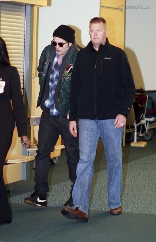 ROBERT PATTINSON & KRISTEN STEWART LEAVING VANCOUVER - 10/29/09