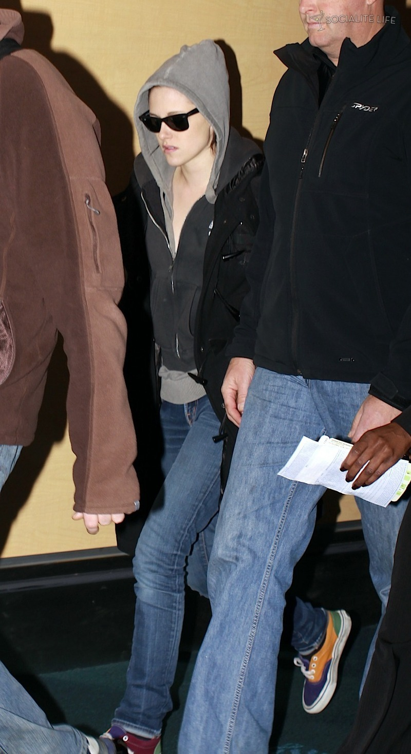 ROBERT PATTINSON & KRISTEN STEWART LEAVING VANCOUVER - 10/29/09