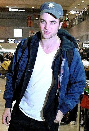 Robert Pattinson Arrives in जापान