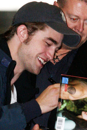 Robert Pattinson Arrives in জাপান