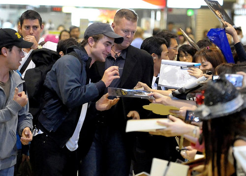 Robert Pattinson Arrives in japón