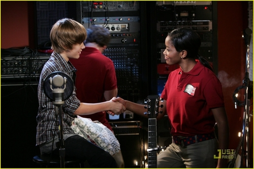 http://images2.fanpop.com/image/photos/8800000/True-Jackson-VP-HQ-justin-bieber-8860322-500-334.jpg