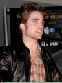 HQ Photos of Robert Pattinson at Hot Topic - twilight-series photo