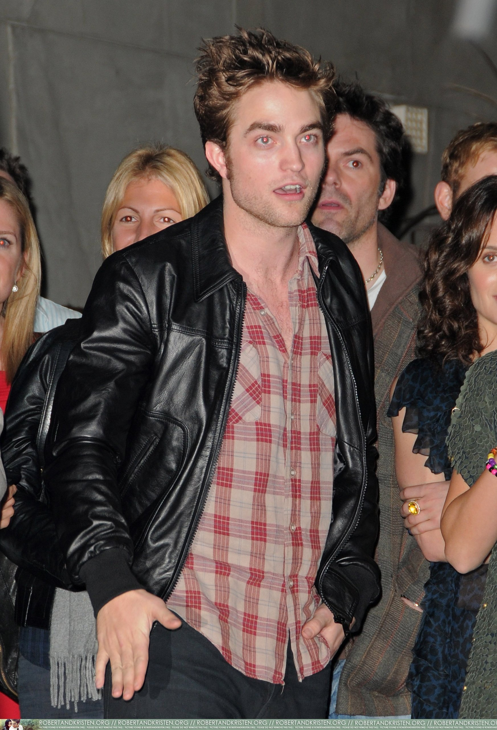 HQ 写真 of Robert Pattinson at Hot Topic