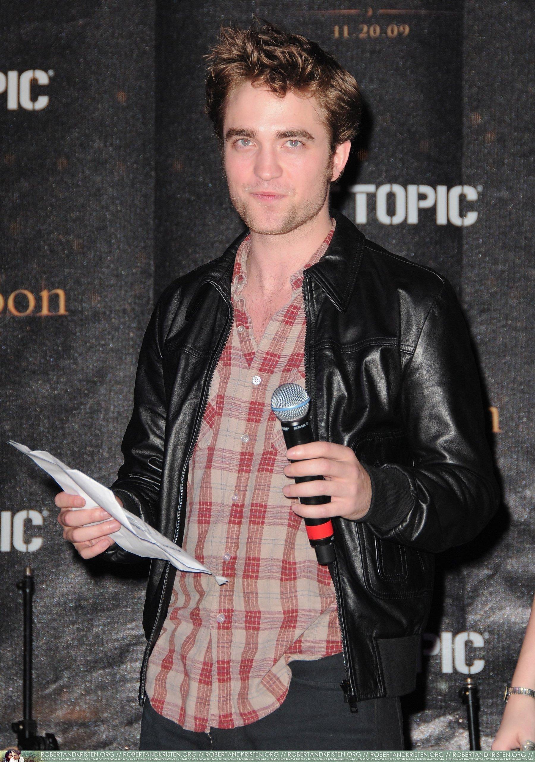 HQ 사진 of Robert Pattinson at Hot Topic