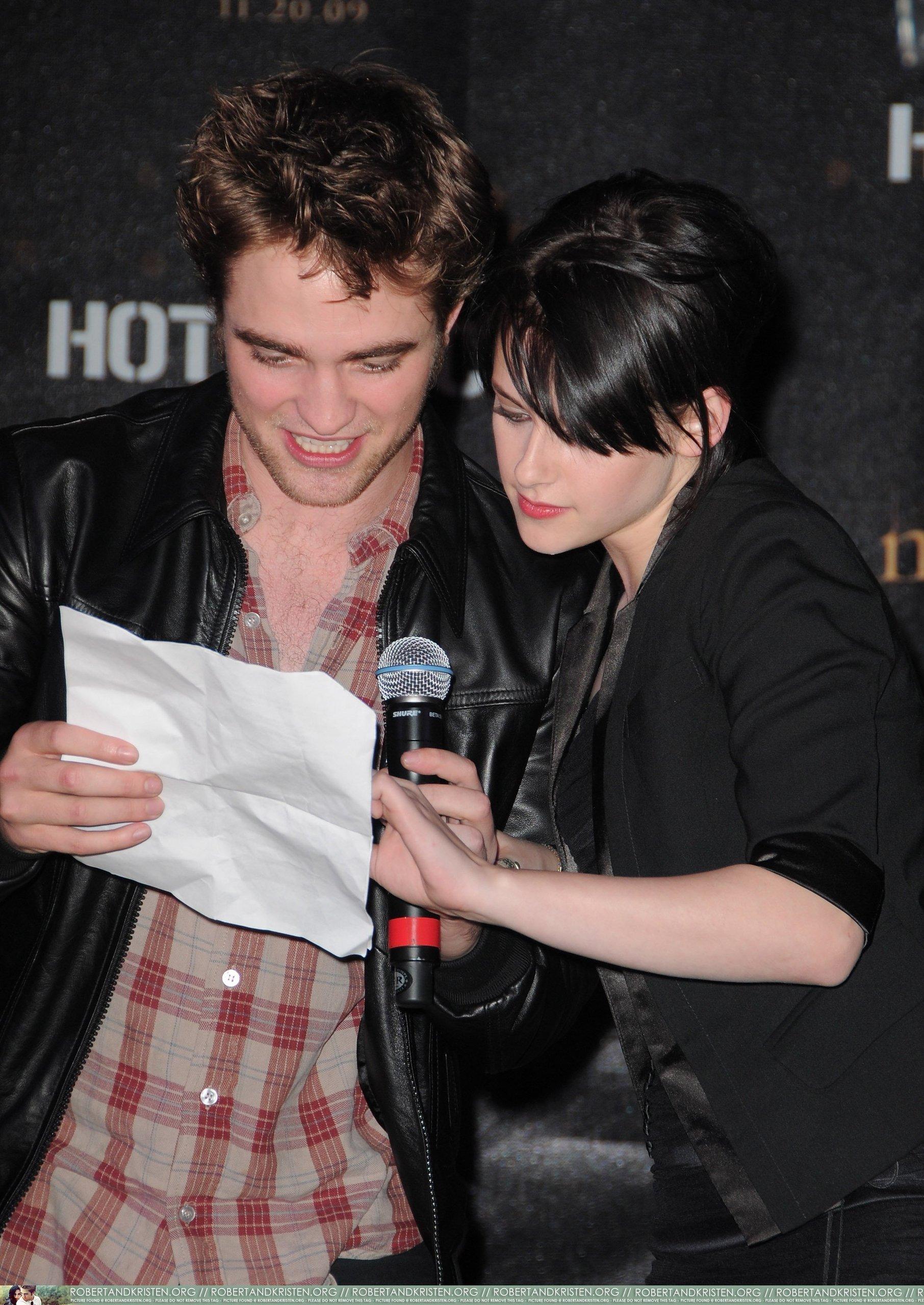 HQ تصاویر of Robert Pattinson at Hot Topic