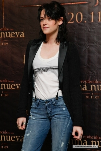 "Edward e Bella wallpaper probably with a sign, long trousers, and a pantleg entitled 11.03.09: ""New Moon"" Mexico Photocall"