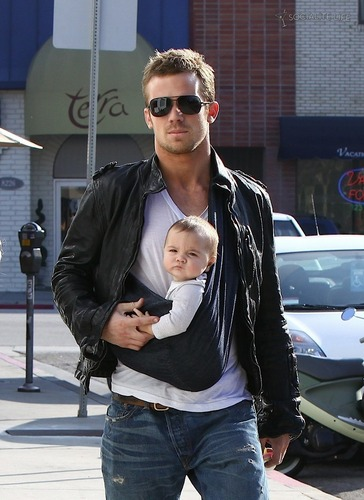 Cam Gigandet with daughter Everleigh straal, ray and his wife at geroosterd brood, toast