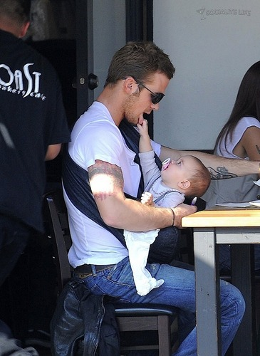 Cam Gigandet with daughter Everleigh 射线, 雷 and his wife at 烤面包, 吐司