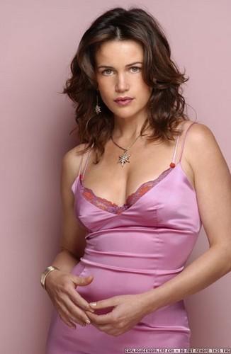 Carla Gugino | berwarna merah muda, merah muda Dress Photoshoot