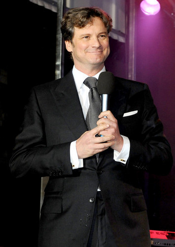Colin Firth turns on the Weihnachten lights at Regent straße