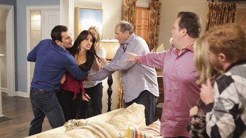 Modern Family fondo de pantalla entitled Gloria, Jay, Phil, Cameron \u0026  Mitchell