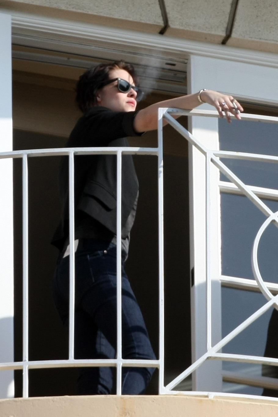 Kristen Stewart takes smoking break during New Moon junket today