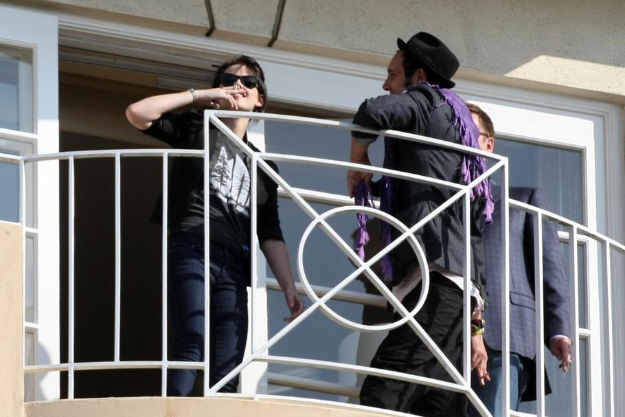 Kristen Stewart takes smoking break during New Moon junket today
