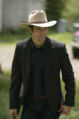 Timothy Olyphant پیپر وال containing a snap brim hat, a campaign hat, and a fedora called LAWMAN