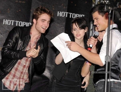Taylor/Jacob fan Girls fondo de pantalla with a well dressed person entitled New Moon Cast Tour at Hollywood & Highland Hot Topic - Noviembre 6