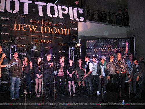 New Moon Cast Tour at Hollywood & Highland Hot Topic - Noviembre 6