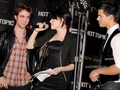 New Moon Cast Tour at Hollywood & Highland Hot Topic - Noviembre 6 - twilight-series photo