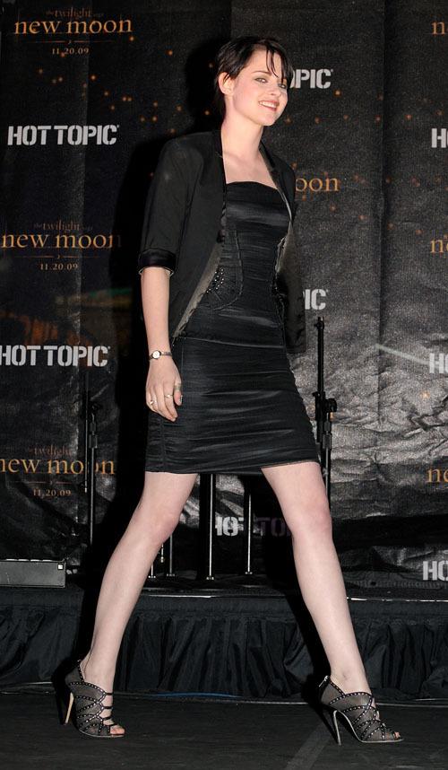 New Moon Cast hits Hot Topic!!