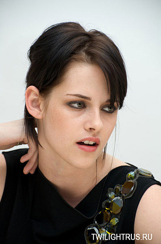 http://images2.fanpop.com/image/photos/8900000/Press-Conference-Photos-Kristen-Taylor-Dakota-and-Rob-twilight-series-8989199-331-500.jpg