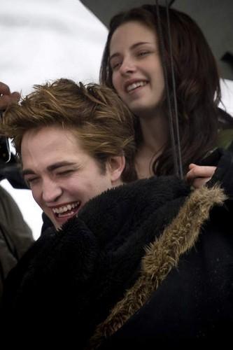 Robert & Kristen on Twilight set Funny :))))