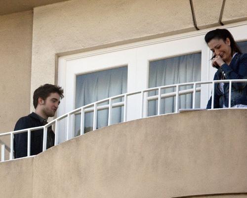 Robert Pattinson: Balcony Smoke Session