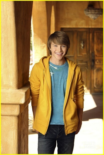 http://images2.fanpop.com/image/photos/8900000/Sterling-Knight-sterling-knight-8999752-402-600.jpg
