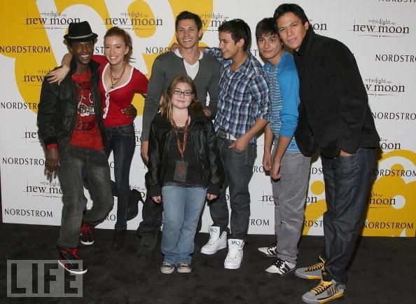 http://images2.fanpop.com/image/photos/8900000/Summit-New-Moon-Cast-Tour-twilight-series-8942069-594-434.jpg