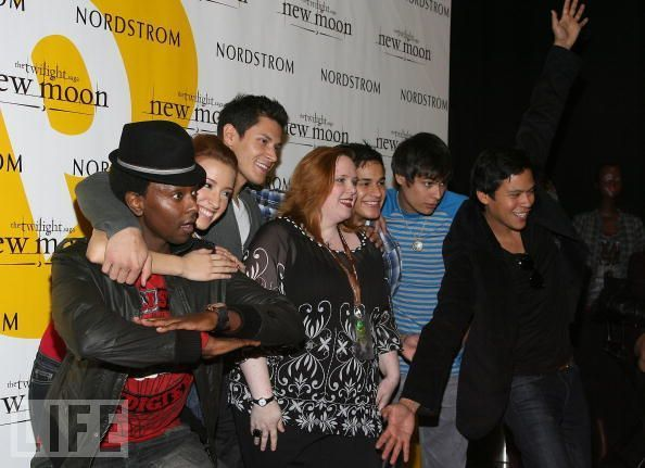http://images2.fanpop.com/image/photos/8900000/Summit-New-Moon-Cast-Tour-twilight-series-8942070-594-431.jpg