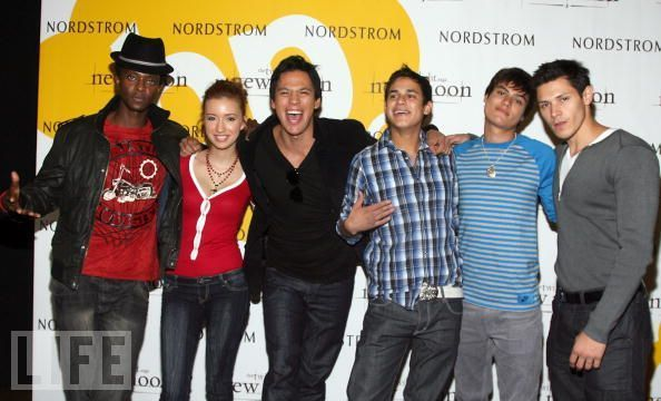 http://images2.fanpop.com/image/photos/8900000/Summit-New-Moon-Cast-Tour-twilight-series-8942071-594-360.jpg