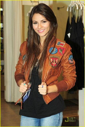 Victoria Justice is bombero dyaket Beautiful