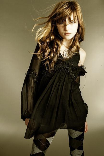http://images2.fanpop.com/image/photos/8900000/black-beauty-bella-thorne-8978034-433-650.jpg