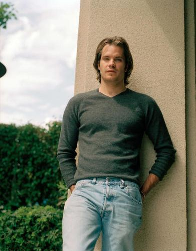 Timothy Olyphant پیپر وال probably with a pantleg, a street, and long trousers entitled timothy