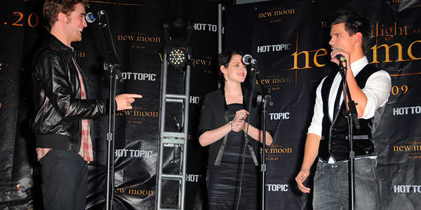 'New Moon' Stars Invade Hot Topic In Hollywood