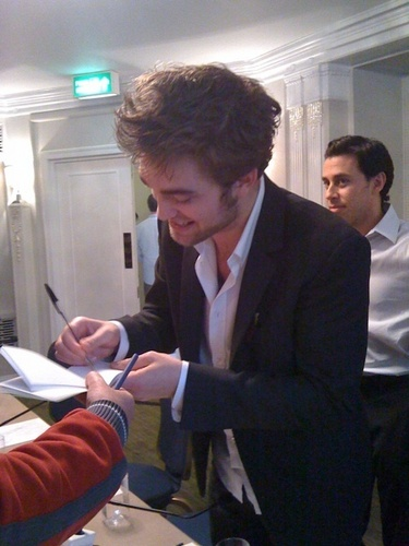 First Picture of Robert Pattinson at Press Conference - Luân Đôn