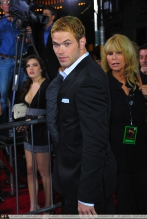 http://images2.fanpop.com/image/photos/9000000/Kellan-twilight-series-9087763-301-450.jpg