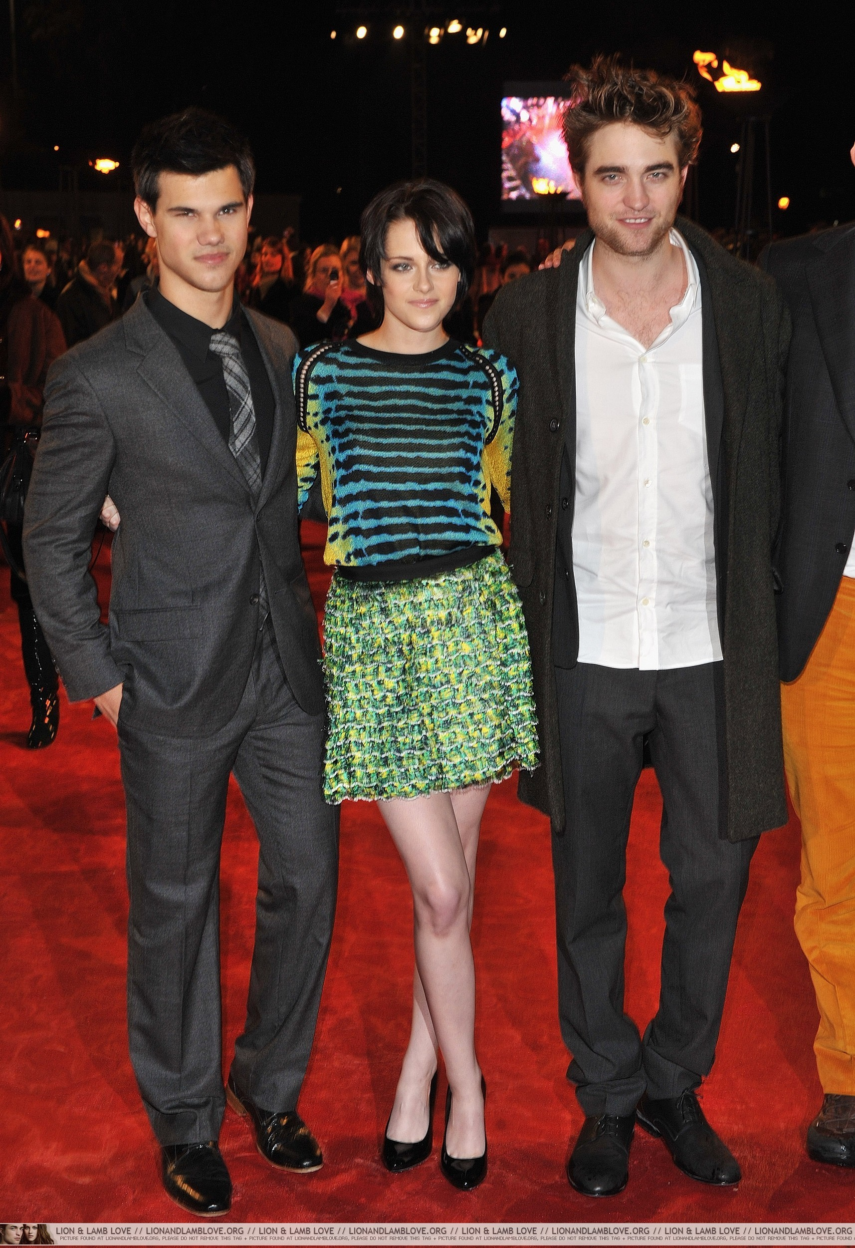 http://images2.fanpop.com/image/photos/9000000/London-Red-Carpet-Robsten-and-Taylor-twilight-series-9013840-1714-2500.jpg