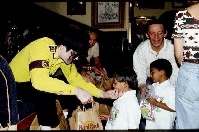 Michael pra sempre!!! - Página 3 MIKE-michael-jackson-9077385-640-426